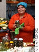Жизнерадостная хозяйка с банкой маринованных грибов, эксклюзивное фото № 420662, снято 22 августа 2008 г. (c) Ирина Терентьева / Фотобанк Лори