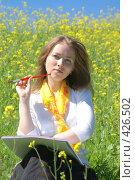 Купить «Девушка с альбомом», эксклюзивное фото № 426502, снято 11 августа 2008 г. (c) Natalia Nemtseva / Фотобанк Лори