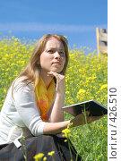 Купить «Девушка с книгой», эксклюзивное фото № 426510, снято 11 августа 2008 г. (c) Natalia Nemtseva / Фотобанк Лори