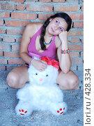 Купить «Девушка с плюшевым медведем», фото № 428334, снято 24 августа 2008 г. (c) Мария Виноградова / Фотобанк Лори
