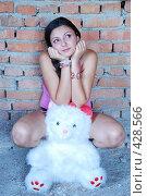 Купить «Девушка с плюшевым медведем», фото № 428566, снято 24 августа 2008 г. (c) Мария Виноградова / Фотобанк Лори