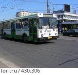 Купить «Рейсовый автобус № 257 едет по Уральской улице. Гольяново. Москва», эксклюзивное фото № 430306, снято 3 мая 2008 г. (c) lana1501 / Фотобанк Лори