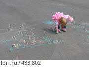 Купить «Маленькая девочка рисует на асфальте», фото № 433802, снято 10 мая 2008 г. (c) Майя Крученкова / Фотобанк Лори
