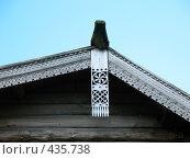 Купить «Крыша крестьянского дома. Конёк, причелины, полотенце», фото № 435738, снято 4 августа 2008 г. (c) Морковкин Терентий / Фотобанк Лори
