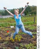 Купить «Русские национальные забавы. Конец картошке!», фото № 435830, снято 31 августа 2008 г. (c) Ирина Солошенко / Фотобанк Лори