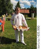 Купить «Коробейник. Продавец пирожков», фото № 435990, снято 5 августа 2008 г. (c) Морковкин Терентий / Фотобанк Лори