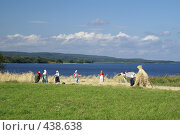 Купить «Крестьянки работают в поле на фоне озера», эксклюзивное фото № 438638, снято 25 июня 2019 г. (c) Самохвалов Артем / Фотобанк Лори