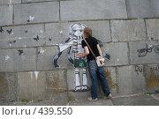 Купить «Мальчик целует девочку», фото № 439550, снято 22 мая 2008 г. (c) Никончук Алексей / Фотобанк Лори