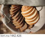 Купить «Хлеб ржаной и пшеничный на льняной салфетке», фото № 442426, снято 5 августа 2008 г. (c) Морковкин Терентий / Фотобанк Лори