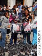 Купить «Люди и голуби на площади Сан Марко», фото № 445014, снято 1 сентября 2007 г. (c) Илья Лиманов / Фотобанк Лори