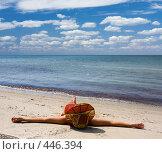 Купить «Девушка в шляпе на берегу моря», фото № 446394, снято 28 июля 2008 г. (c) Максим Горпенюк / Фотобанк Лори