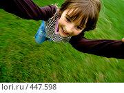 Купить «Ребенка кружат, держа за руки», фото № 447598, снято 6 сентября 2008 г. (c) Лисовская Наталья / Фотобанк Лори