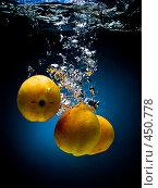 Купить «Свежие абрикосы в воде на черно-синем фоне с воздушными пузырьками», фото № 450778, снято 9 июля 2008 г. (c) Мельников Дмитрий / Фотобанк Лори