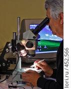 Купить «Специалист по материаловедению анализирует образец», фото № 452566, снято 10 сентября 2008 г. (c) Ларина Татьяна / Фотобанк Лори