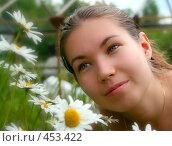 Портрет девушки с ромашками на природе. Стоковое фото, фотограф Сергей Русаков / Фотобанк Лори