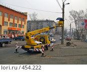 Купить «Установка информационного указателя», фото № 454222, снято 18 апреля 2008 г. (c) Геннадий Соловьев / Фотобанк Лори