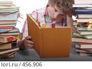 Купить «Накануне экзамена. Уставший студент пытается читать книгу», фото № 456906, снято 29 августа 2008 г. (c) Георгий Марков / Фотобанк Лори