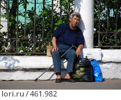 Купить «Пожилая женщина сидит у забора Елоховской церкви (Богоявленского кафедрального собора) в Москве на Спартаковской улице», эксклюзивное фото № 461982, снято 16 августа 2008 г. (c) lana1501 / Фотобанк Лори