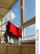 Купить «Интерьер лоджии с пластиковыми окнами и сушащимся бельем в современной квартире», фото № 462230, снято 13 июля 2008 г. (c) Дмитрий Яковлев / Фотобанк Лори