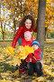 Мама с детьми в осеннем парке, фото № 465950, снято 30 мая 2017 г. (c) Losevsky Pavel / Фотобанк Лори