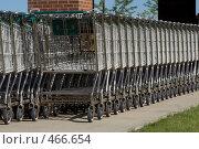 Купить «Ряд тележек для покупок», фото № 466654, снято 28 мая 2008 г. (c) Наталья Герасимова / Фотобанк Лори