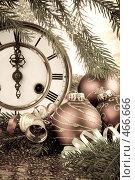Купить «Еловая ветка с елочными игрушками и старинные часы. Новогоднее украшение.», фото № 466666, снято 13 августа 2008 г. (c) Мельников Дмитрий / Фотобанк Лори