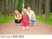 Купить «Ребенок идет к родителям», фото № 468094, снято 16 октября 2018 г. (c) Losevsky Pavel / Фотобанк Лори
