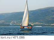 Купить «Яхта Грейс в геленджикской бухте», фото № 471086, снято 20 февраля 2020 г. (c) Игорь Архипов / Фотобанк Лори