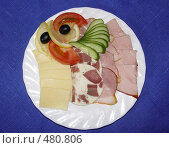 Купить «Блюдо с нарезкой из мяса, колбасы, сыра и овощей», фото № 480806, снято 19 мая 2005 г. (c) Ирина Апарина / Фотобанк Лори