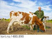 Фермер рядом со своей коровой, фото № 480890, снято 25 сентября 2008 г. (c) Евгений Захаров / Фотобанк Лори