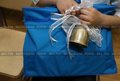 Купить «Колокольчик и портфель», фото № 483754, снято 1 сентября 2008 г. (c) Назаренко Ольга / Фотобанк Лори