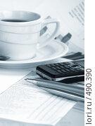 Купить «Чашка кофе, мобильный телефон и ручка», фото № 490390, снято 14 июля 2008 г. (c) Dzianis Miraniuk / Фотобанк Лори