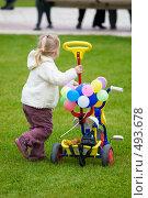 Купить «Девочка с трёхколесным велосипедом», фото № 493678, снято 4 октября 2008 г. (c) Сергей Лаврентьев / Фотобанк Лори