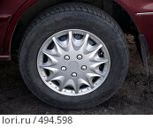 Купить «Автомобильное колесо с колпаком», фото № 494598, снято 4 октября 2008 г. (c) Иван Мацкевич / Фотобанк Лори
