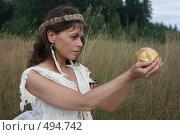 Купить «Женщина в руках держит деревянный шар», фото № 494742, снято 15 августа 2008 г. (c) Сергей Халадад / Фотобанк Лори