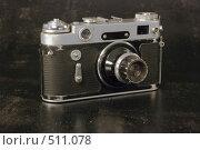 Купить «Старый фотоаппарат на черном фоне», фото № 511078, снято 14 октября 2008 г. (c) Игорь Качан / Фотобанк Лори