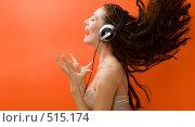 Купить «Девушка в наушниках», фото № 515174, снято 24 апреля 2018 г. (c) Константин Юганов / Фотобанк Лори