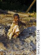 Купить «Африканская девочка, сидящая на берегу моря», фото № 520834, снято 23 февраля 2008 г. (c) Марина Коробанова / Фотобанк Лори