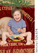 Купить «Ребенок на даче ест ягоды», фото № 526674, снято 12 июля 2008 г. (c) Кирилл Савельев / Фотобанк Лори