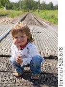 Купить «Ребенок на даче ждет поезда», фото № 526678, снято 27 июля 2008 г. (c) Кирилл Савельев / Фотобанк Лори