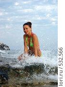 Девушка на берегу моря в волнах. Стоковое фото, фотограф Александр Тимофеев / Фотобанк Лори