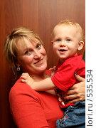 Купить «Женщина с ребенком на руках», эксклюзивное фото № 535534, снято 6 октября 2008 г. (c) Ирина Терентьева / Фотобанк Лори
