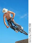 Велосипедист на фоне неба (вертикальный) Стоковое фото, фотограф Сергей Юрченко / Фотобанк Лори