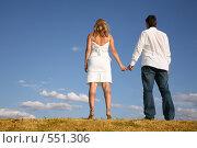 Купить «Мужчина и женщина стоят спиной, держась за руки», фото № 551306, снято 24 июня 2019 г. (c) Losevsky Pavel / Фотобанк Лори