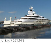 Белая яхта на Неве на фоне синего неба (2008 год). Редакционное фото, фотограф Виктор / Фотобанк Лори