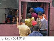 Пассажиры на входе в автобус, Гавана, Куба (2006 год). Редакционное фото, фотограф Денис Березин / Фотобанк Лори