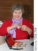 Купить «Женщина пенсионного возраста делает денежную заначку ближе к сердцу», фото № 558794, снято 13 ноября 2008 г. (c) Ольга Кедрова / Фотобанк Лори