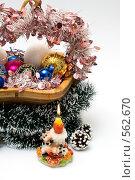 Корзина, наполненная елочными игрушками. Горящая свеча. Стоковое фото, фотограф Ирина Доронина / Фотобанк Лори
