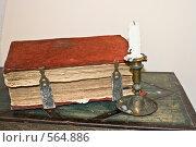 Купить «Старая книга в красном переплете», фото № 564886, снято 22 октября 2008 г. (c) Илья Телегин / Фотобанк Лори