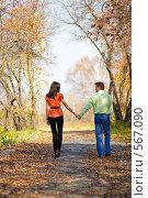 Влюбленные идут по аллее парка держась за руки, фото № 567090, снято 4 октября 2008 г. (c) Вадим Пономаренко / Фотобанк Лори
